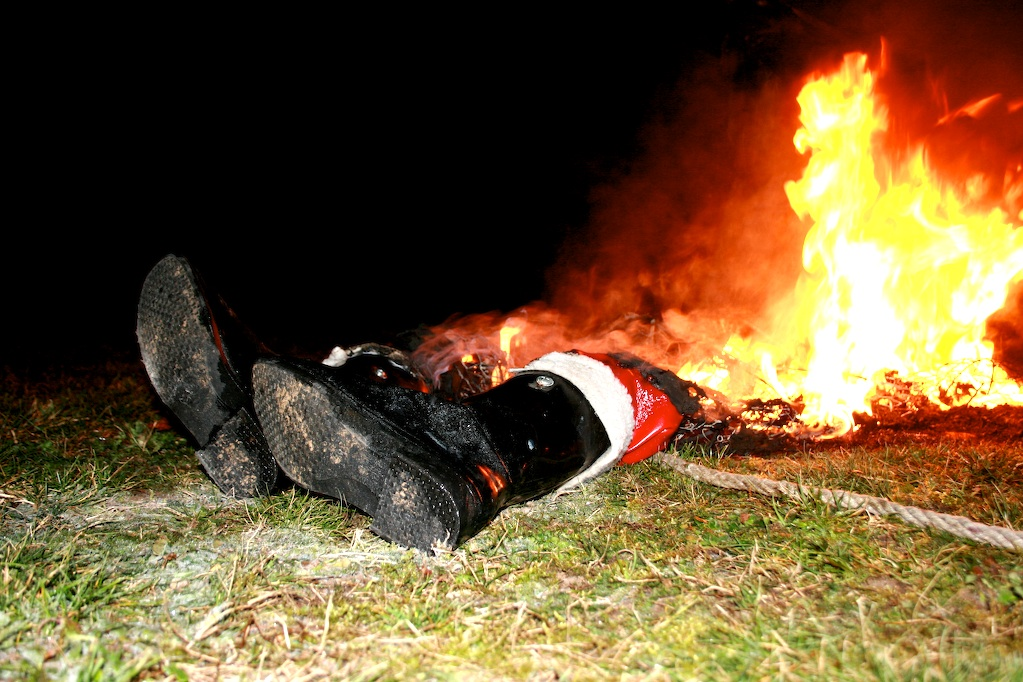 santa-died-in-a-fire-by-fyunkie